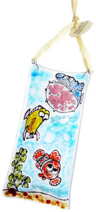 """Exclusieve """"Nemo"""" raamhanger handgemaakt van glas. Kleurrijke suncatcher met vissen!"""