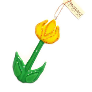 Handgemaakte gele glazen tulp hanger. Unieke tulp raamhanger van groen en geel glas met kleine millefiori bloemetjes accenten.