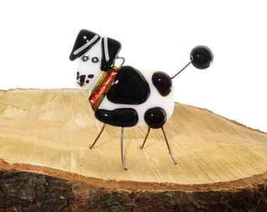 Handgemaakte staand zwart-wit gevlekt hondje van speciaal glas