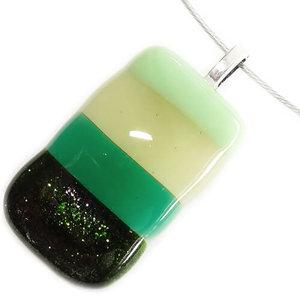 Handgemaakte glashanger van diverse tinten groen glas. Uniek groen glasfusing sieraad!