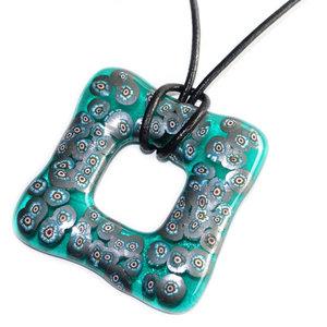 Mooie turquoise heldere vierkante glashanger met metallic-blauw millefiori!