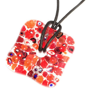 Heldere rode glashanger met gedetailleerde rood gekleurde bloemen van millefiori glas. Vierkante glazen hanger voor aan een koo