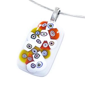 Witte retro glashanger met kleurrijke millefiori cirkels in het glas! Unieke ketting hanger van speciaal glas.