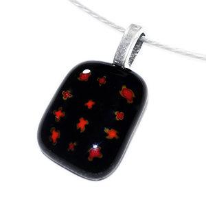 Kleine zwarte glas hanger met rode kruisjes in het glas. Ketting glashanger gemaakt door middel van glasfusing.