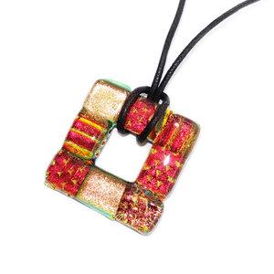 Vierkante glashanger van rood, koper en brons dichroide glas. Exclusieve hanger voor aan een koord.