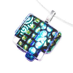 Luxe glashanger met groen en blauw dichroide glas in diverse patronen.