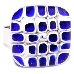 Blauw witte ring van millefiori glas. Ring met vierkantjes in het glas handgemaakt in eigen atelier.