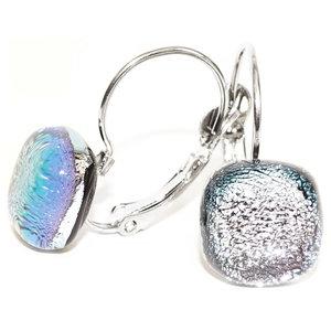 Klaphaak oorbellen met zilver dichroide glazen cabochons.