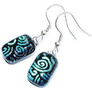 """Lange oorbellen van zwart met groen glas en en sierlijk """"swirl"""" patroon."""