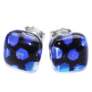 Blauwe glazen oorknopjes handgemaakt van speciaal zwart met blauw dichroide glas.
