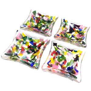 Gekleurde glazen schaaltjes van kleurrijk glas gemaakt. Set van 4 schalen.