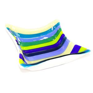 Vierkante glazen schaal met strepen, handgemaakt van glas in groen en blauw tinten.