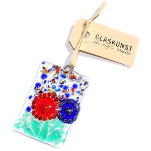 Heldere glazen raamhanger met prachtige blauwe en rode millefiori bloem. Exclusieve glaskunst hanger