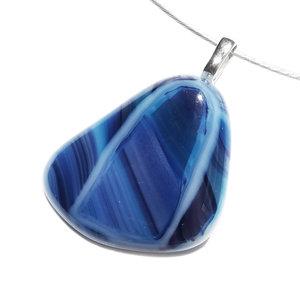 Handgemaakte blauwe glashanger voor aan een ketting. Ketting hanger gemaakt met de glasfusing techniek.