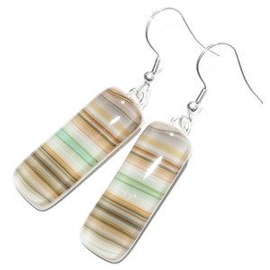 Lange witte glazen oorbellen met oranje, bruine en groene strepen in het glas! Exclusieve glasfusing