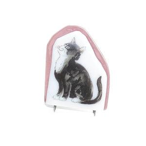 Staande beeldje van een glazen kat. Opaal wit en helder paars glas met een mooie zwart witte Europese Korthaar gebrand