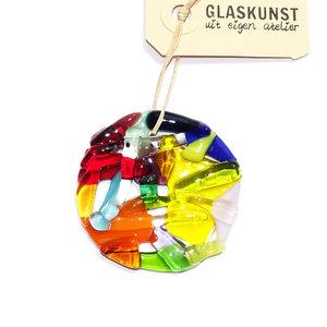 Ronde gekleurde glazen raamhanger van helder en opaal glas. Glazen decoratie voor huis of tuin.