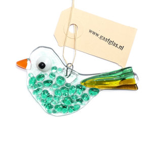 Kleine vogel hanger van helder glas met groene accenten.