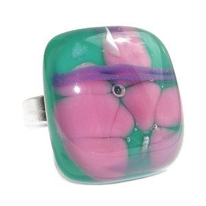 RVS edelstaal ring met handgemaakt glazen kunstwerkje van donkergroen glas met roze en lila-paarse accenten.