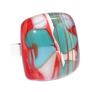 """RVS edelstaal ring met handgemaakt glazen """"steen"""" van rood glas met groen, lichtblauwe en ivoorwitte accenten."""