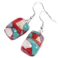 Oorbellen van prachtig rood glas met blauwe, groene en witte accenten!