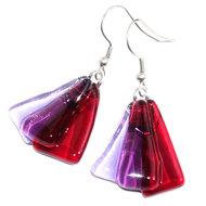 Oorbellen van prachtig helder rood, lila en paars glas!