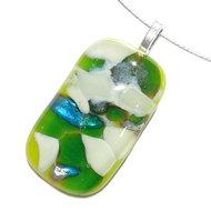 Groene glashanger met écht bladzilver. Handgemaakte hanger van groen en ivoorwit glas met écht bladzilver.