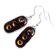 Glazen oorbellen van helder bruin glas met opaal zwarte patronen!