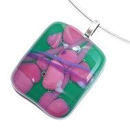 Handgemaakte ketting glashanger van groen en roze glas. Glasfusing sieraad uit eigen atelier.