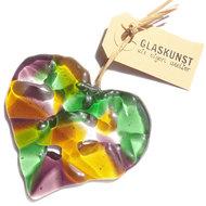 Glazen hanger in de vorm van een hart, handgemaakt van helder groen, paars en amber/geel gekleurd glas.