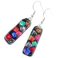 Lange zwarte oorbellen met diverse kleurrijke accenten van speciaal glas! Glasfusing uit eigen atelier.