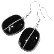 Zwart met witte oorbellen gemaakt van zwart en wit glas! Glasfusing oorhangers uit eigen atelier.