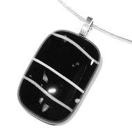 Glazen hanger voor aan een ketting van zwart glas met witte accenten.