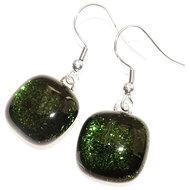 Handgemaakte groene glazen oorbellen van speciaal donkergroen glas met een subtiele glinstering.