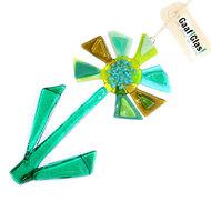 Groene glazen bloem glashanger. Glazen groene bloem om op te hangen in de tuin, op balkon of in huis.