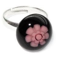 Kinderring van zwart glas met roze bloem. Verstelbare ring voor kinderen.