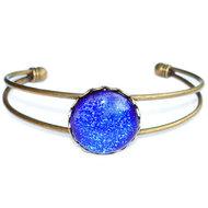 Handgemaakte blauwe armband. Bronskleurige slavenarmband met luxe blauw glas.