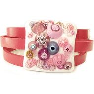 Roze armband van leer met een glazen kunstwerkje van prachtig wit met roze millefiori glas!