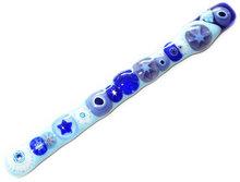 Handgemaakt glazen roerstaafje met allerlei blauw en lila millefiori glas.