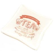 Wit glazen theetipje met tekst/quote. Glazen schaaltje van wit glas voor theezakjes of andere kleine dingen zoals bonbons, saus