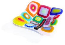 Retro glazen schaaltje van kleurrijk glas. Klein vierkant glasfusing schaaltje uit eigen atelier.