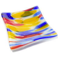 Zijkant glazen schaaltje met blauw, rood, gele accenten