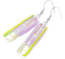 Lange oorbellen van lila glas met prachtige groen-gele dichroide accenten!