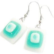 Handgemaakte wit met turquoise oorbellen van speciaal glas! Unieke turquoise oorbellen!