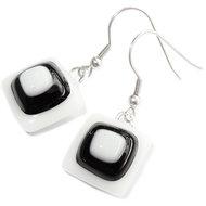 Handgemaakte zwart-witte glazen oorbellen.
