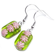 Handgemaakte heldere groene oorbellen met roze millefiori bloemen.