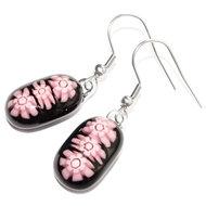 Zwart met roze oorbellen van speciaal millefiori glas. Glazen oorhangers met 3 roze bloemen!