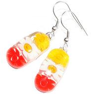 Lange glazen oorbellen met witte, gele en rode bloemen van millefiori glas.