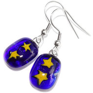Handgemaakte sterren oorbellen. Oorbellen van blauw en geel glas met sterren in het glas.