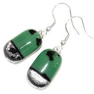 Donkergroene oorbellen met zilveren accent gemaakt van speciaal glas.
